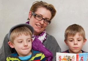 Tabitha Lindholm Jørgensen og hendes to drenge. Tabitha tilbyder Kranio Sakral Terapi i Tornby, Nordjylland