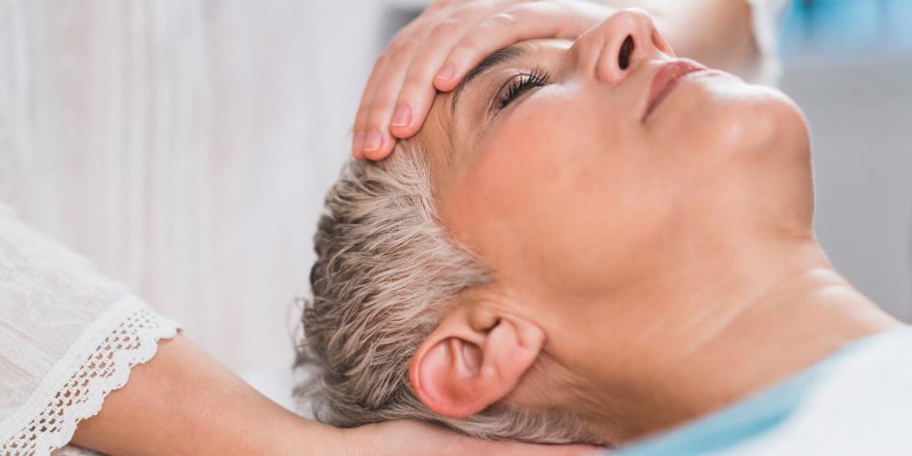 Kvinde får behandling med Kranio-Sakral Terapi
